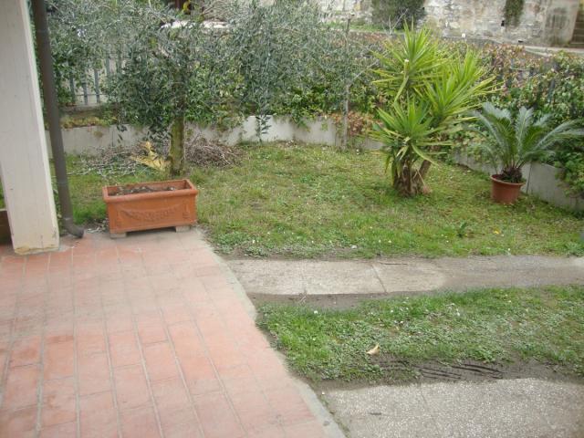 Appartamenti in Vendita - Piano del quercione, villetta d'angolo con giardino