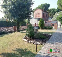 Villetta a schiera d'angolo con giardino