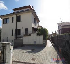 Rosignano solvay - trilocale con giardinetto e garage