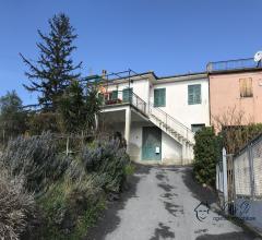 Semindipendente casa in pietra con terreno di proprietà in vendita ad arnasco