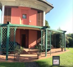 Loc ronchi: villa signorile con parco e piscina