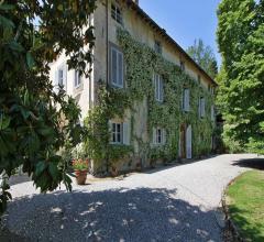 Elegante villa con piscina e vista spettacolare sulle colline di lucca