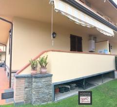Case - Stiava: villa bifamiliare di mq 150 nuova con giardino su tre lati