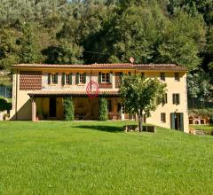 Case - Casolare immerso nel verde delle colline di camaiore