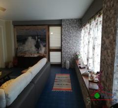 Bella villa singola con giardino e garage in zona residenziale a pochi km dal centro