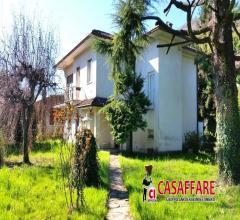 Olginate - a due passi dal lago villa singola con grande giardino privato e terrazza esterna