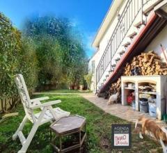 Stiava:luminoso appartamento indipendente con giardino e posto auto