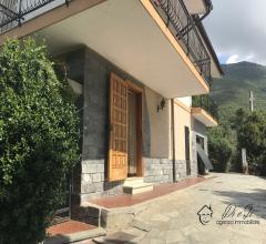 Indipendente villa bifamiliare con vista mare ed uliveto in vendita a albenga (zona cisano sul neva)