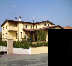 Villa indipendente con tre appartamenti  e  giardino