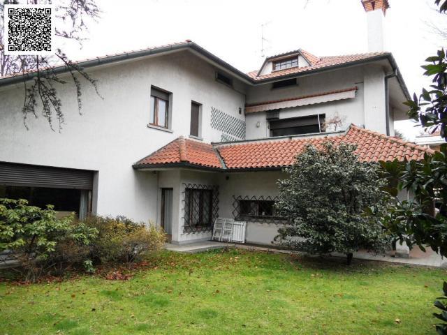 Villa plurifamiliare di grande metratura con ampio giardino.