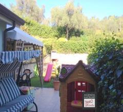 Stiava - monte pitoro: villetta trifamiliare con ampio giardino fronte-retro