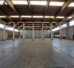 Affittasi capannone di 2000 mq a napoli, con uffici e spazio esterno per parcheggio camion e auto