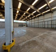Case - Affittasi capannone di 2000 mq a napoli, con uffici e spazio esterno per parcheggio camion e auto