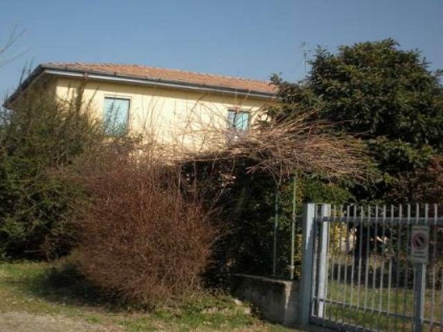 Case - Abitazione di tipo economico -  via molino d'arese 2, angolo via monte grappa