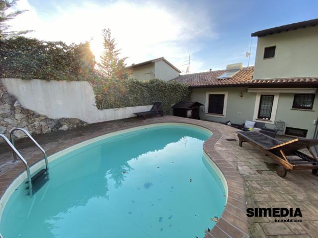 Case - Vista panoramica con villa e piscina