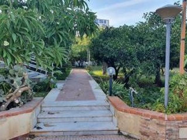 Case - Residenziale - vendita porzione di villa indipendente (città giardino/ugo la malfa)