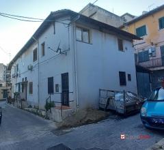 Pressi viale italia, s,indipendente con corte/garage