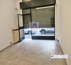 Ufficio/negozio commerciale una luce ristrutturato con cantina/magazzino sottostante
