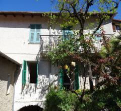 Semindipendente casa su due livelli con giardino e rustici da ristrutturare in vendita a nasino