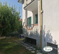 Ampio appartamento con giardino in trifamiliare
