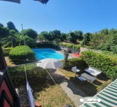 Ampio bilocale con giardinetto e piscina condominiale