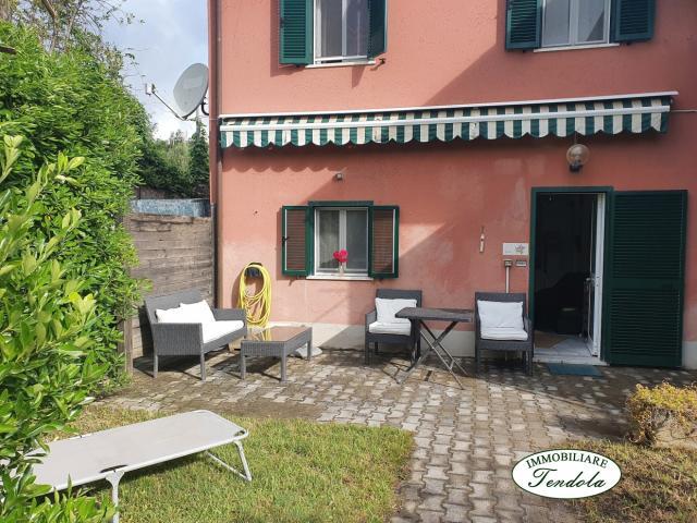Case - Ampio bilocale con giardinetto e piscina condominiale