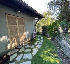 Appartamento bilocale con giardino privato e posto auto coperto in vendita a garlenda