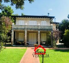 Lussuosa villa in versilia di circa 1000 mq, immersa in un suggestivo parco di oltre 6000 mq