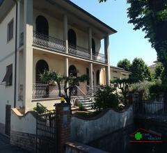 Bella bifamiliare con garage, giardino ed ampio terreno