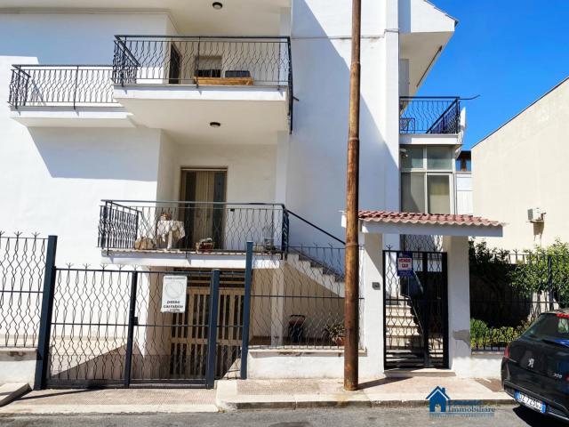 Porzione di trifamiliare con patio/posto auto e giardino