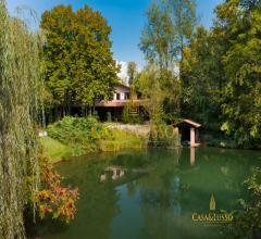 Villa immersa nel verde con lago privato e piscina